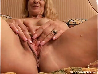 Sexy MILF fucks her pussy