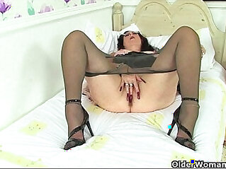 Nyloned granny Molly needs to rub one out